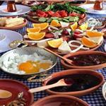 Kemalpaşa Mavi Köy Kahvaltı Evi'nde Enfes Lezzetler Eşliğinde Serpme Köy Kahvaltısı